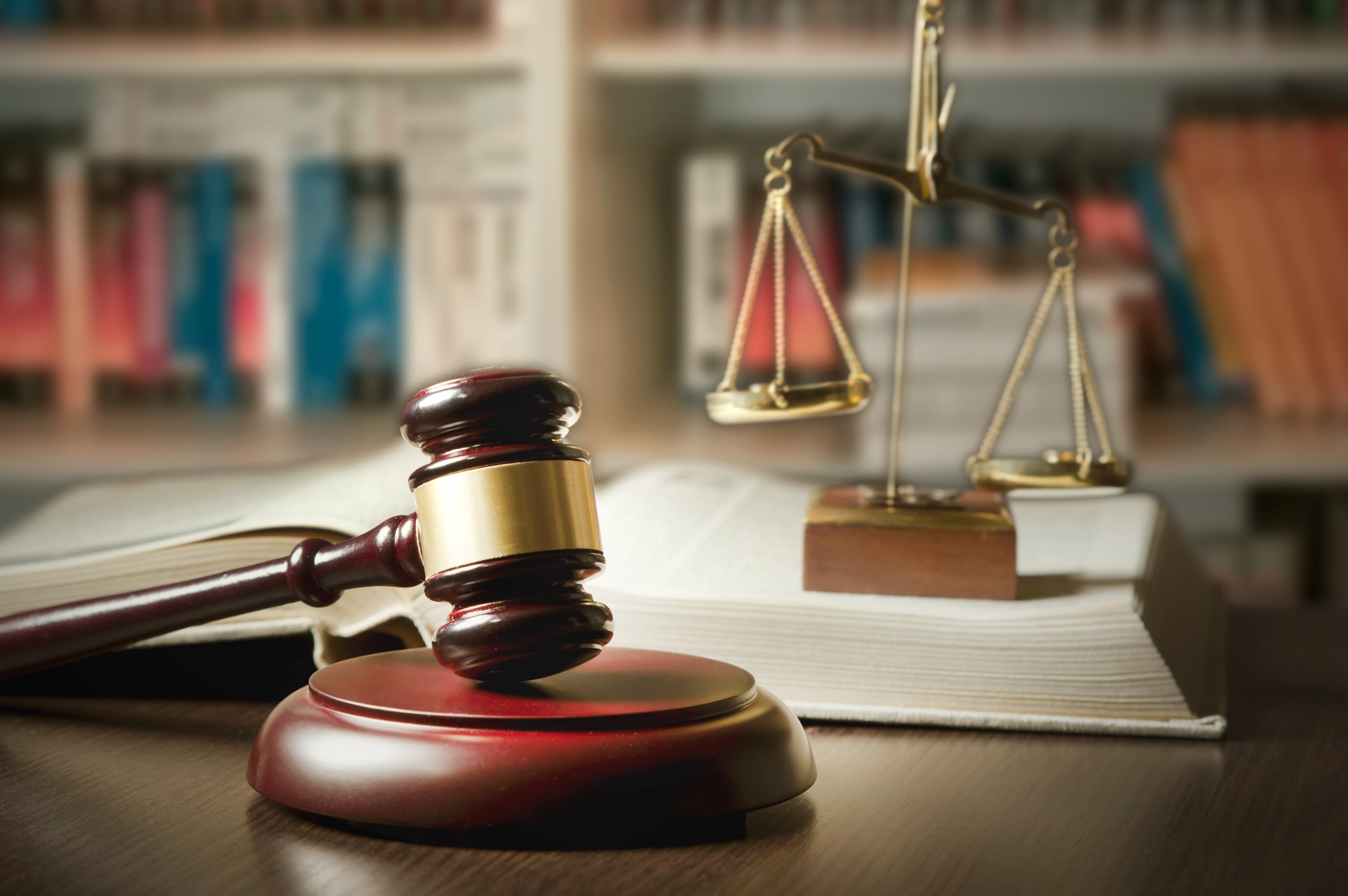 Judge gavel and scale in court | Photo: Shutterstock.com