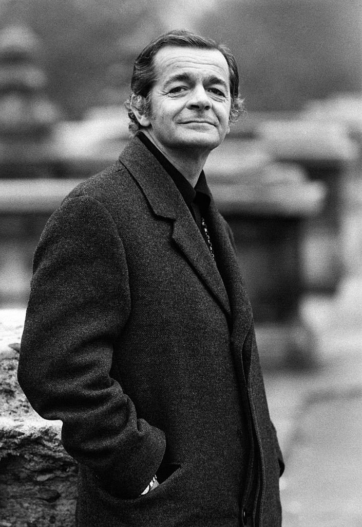 Portrait de l'acteur et chanteur français d'origine italienne Serge Reggiani dans la Via Palestro. Milan, 1970. | Photo : Getty Images