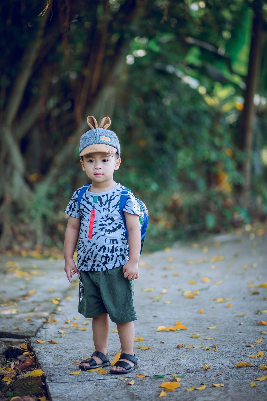 Un petit garçon debout sur un sentier en béton   Photo : Pexels