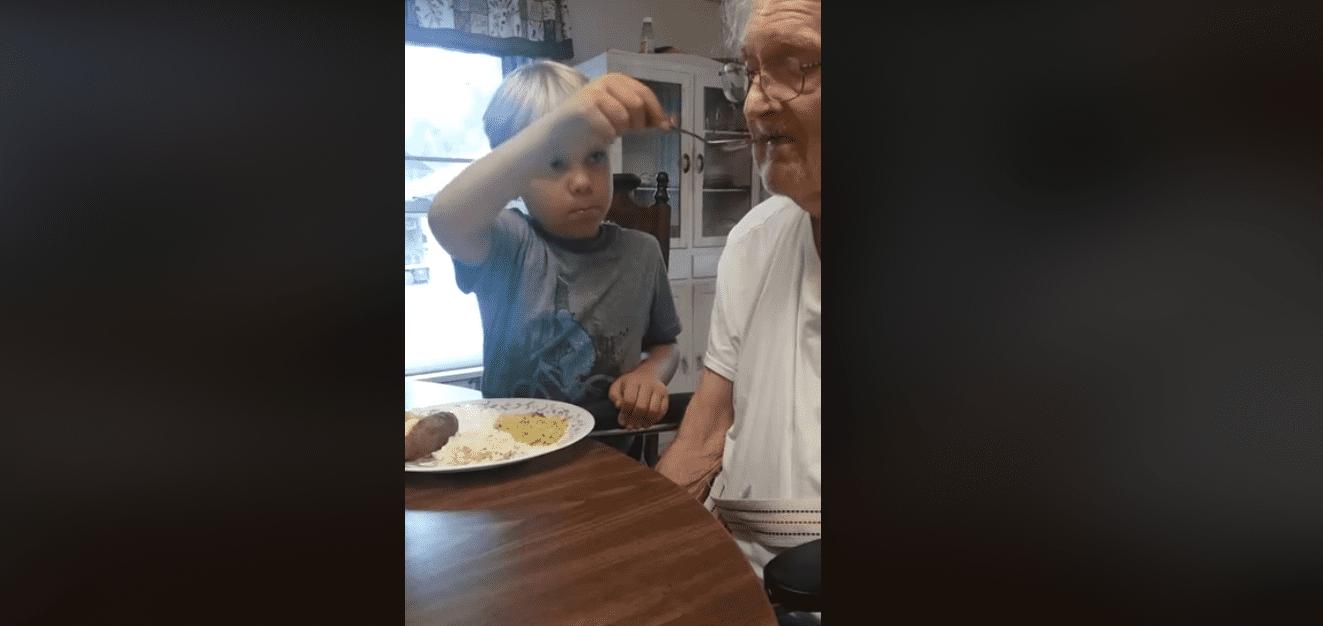 Colton fait preuve de beaucoup de patience en nourrissant son arrière-grand-père, Franklin. | Facebook/Nichole Eastridge