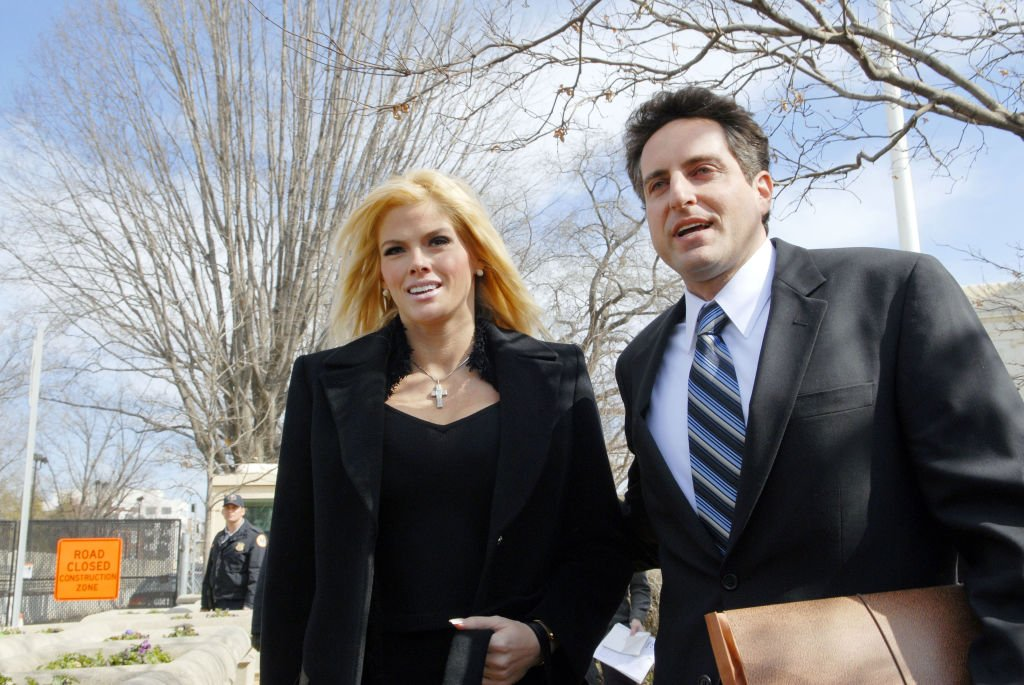 Anna Nicole Smith and her attorney Howard Stern leave the US Supreme Court in Washington, DC, February 28, 2006 | Photo: GettyImages