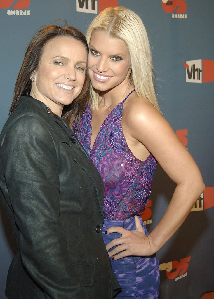 Tina Simpson and Jessica Simpson at VH1 Big in '05 - Red Carpet on December 03, 2005   Photo: Getty Images