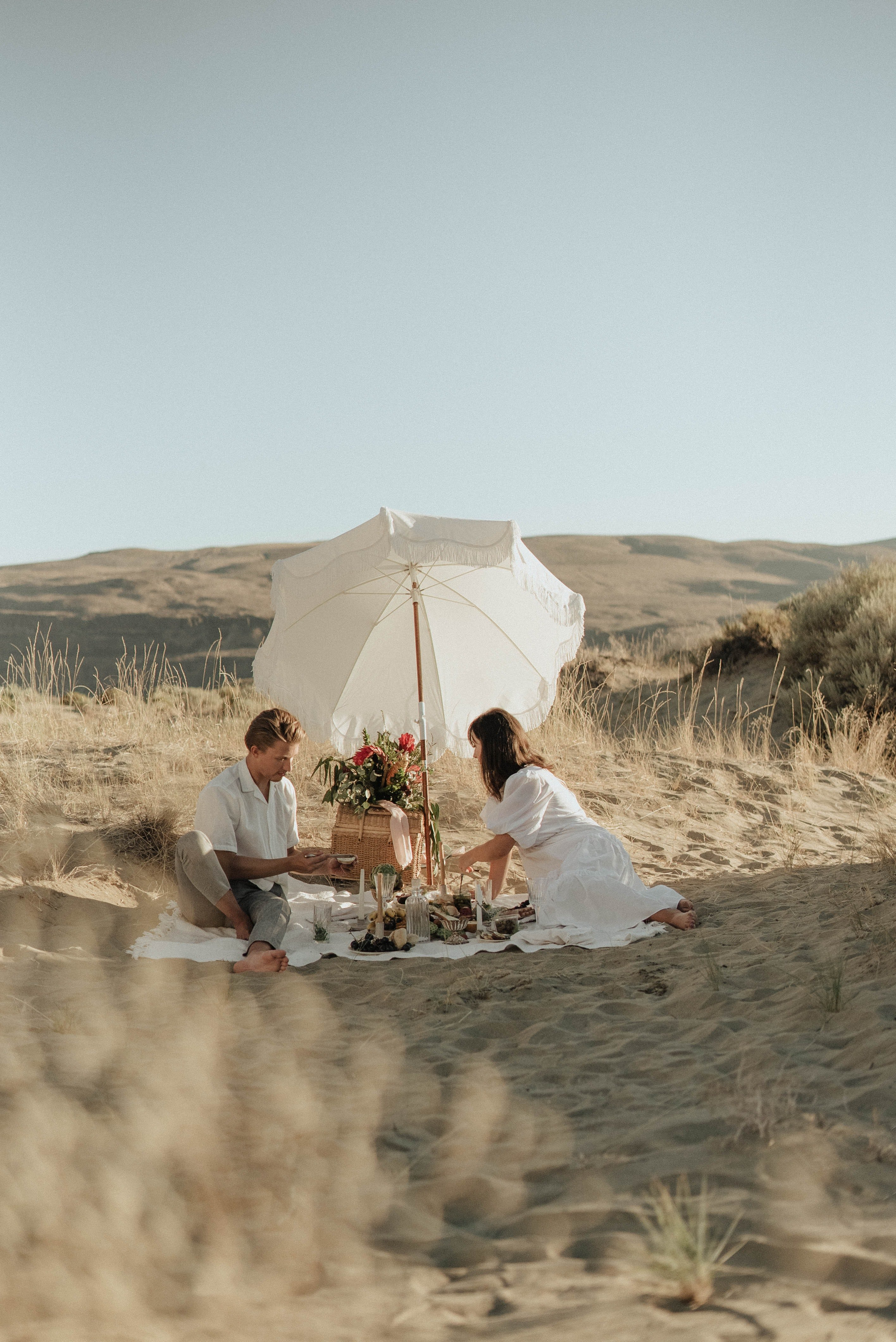 A couple having an outdoor picnic | Source: Pexels