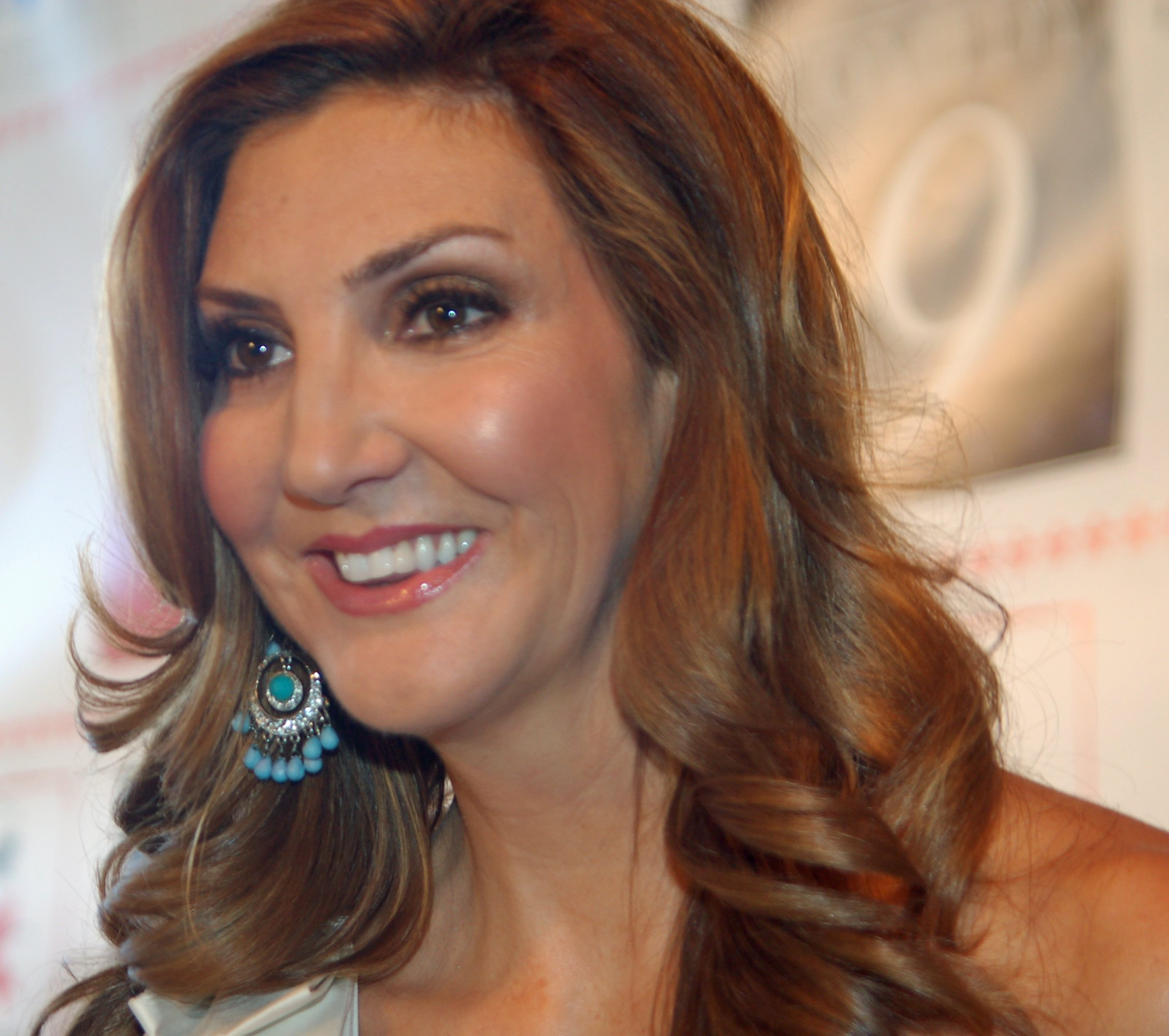 Heather McDonald at the Night of Comedy 9 benefit to support the Children Affected by AIDS Foundation (CAAF) in Beverly Hills, California | Photo: Angela George, CC BY-SA 3.0, Wikimedia Commons