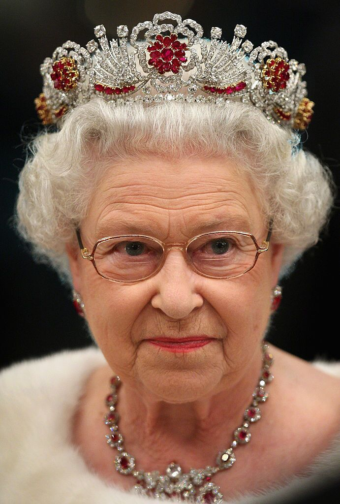 La reine Elizabeth II assiste à un banquet national au château de Brdo | Photo: Getty Images